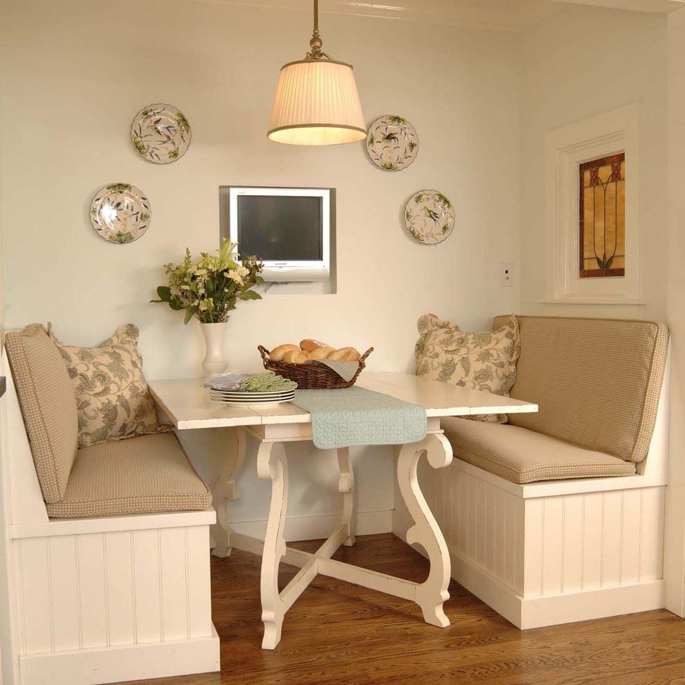 Маленький диван в интерьере кухни (25)