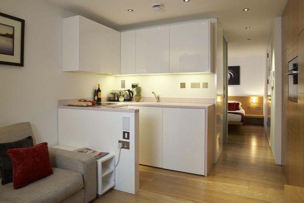 Мягкий диван на маленькой кухне