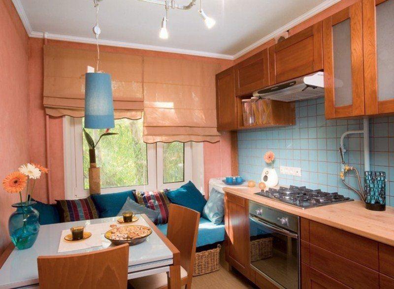 Маленький диван в интерьере кухни (3)