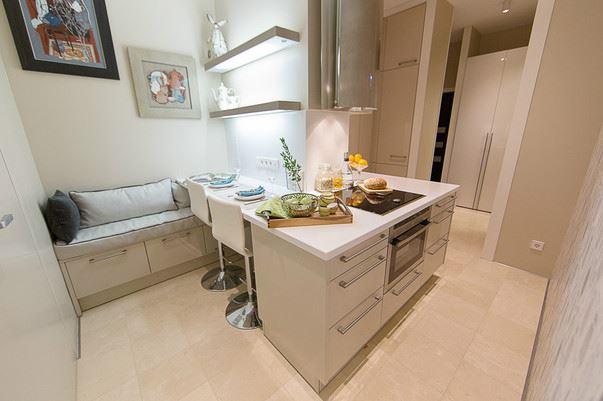 Маленький диван в интерьере кухни (7)