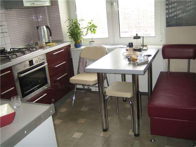 Маленький диван в интерьере кухни (8)