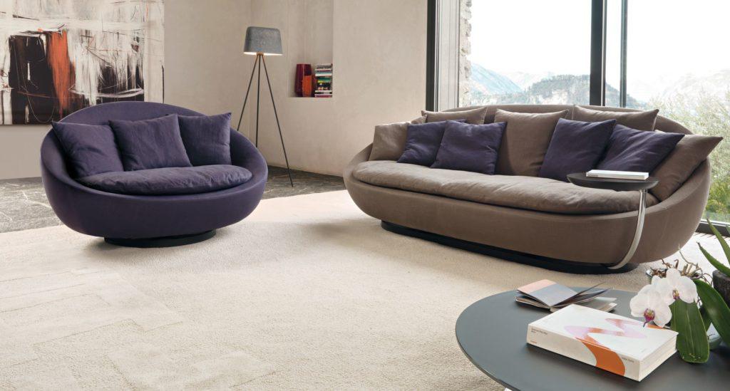 Два островных дивана в интерьере комнаты