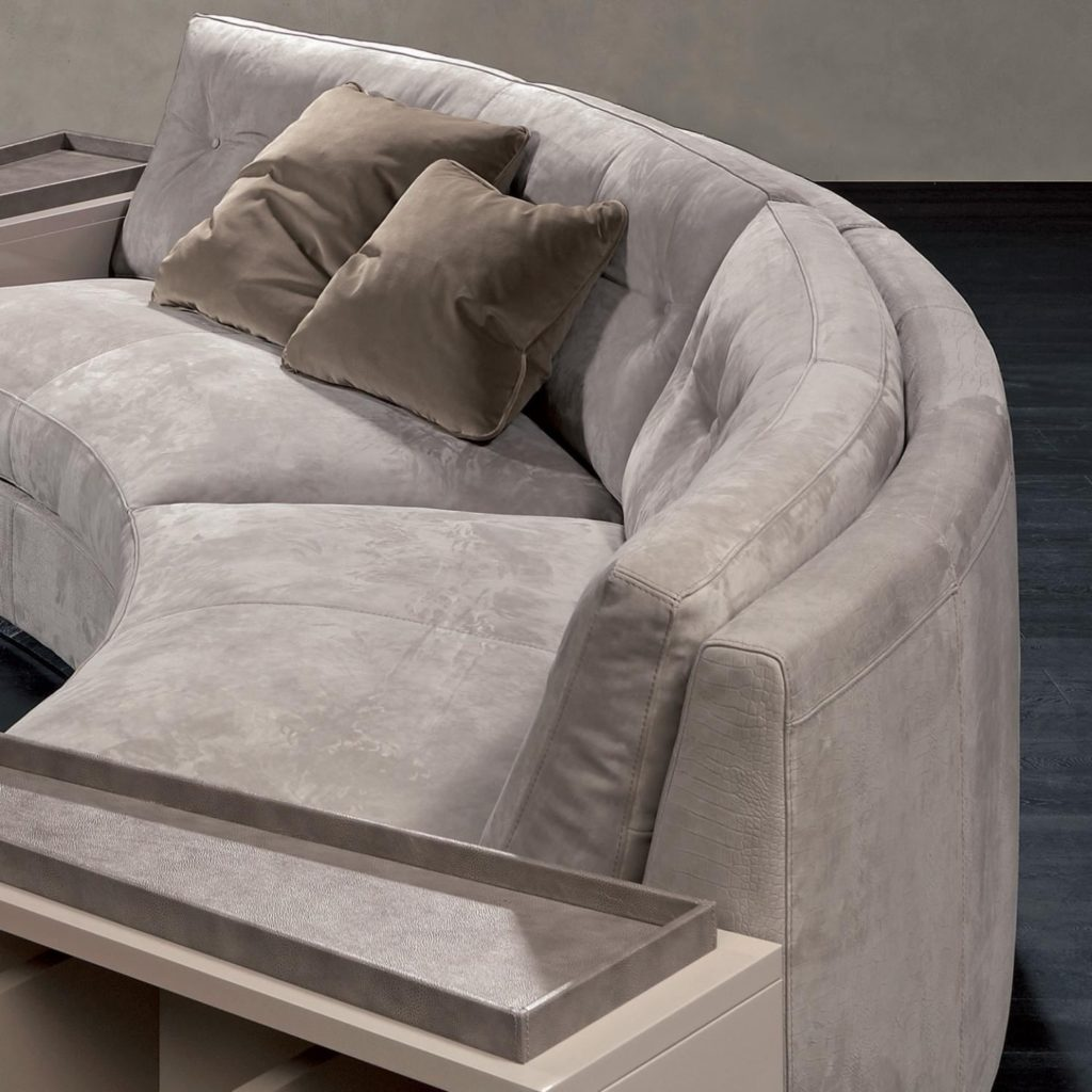 Полукруглый диван крупным планом