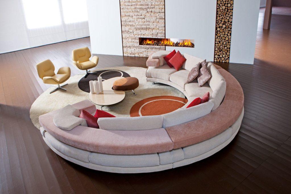 Большой радиусный диван в интерьере