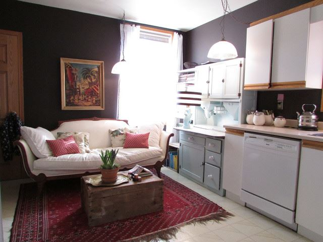 Прямой кухонный диван у окна