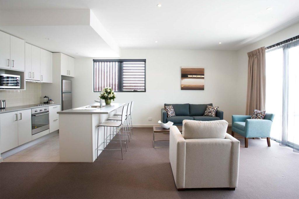 Мягкие кресла и прямой диван на кухне