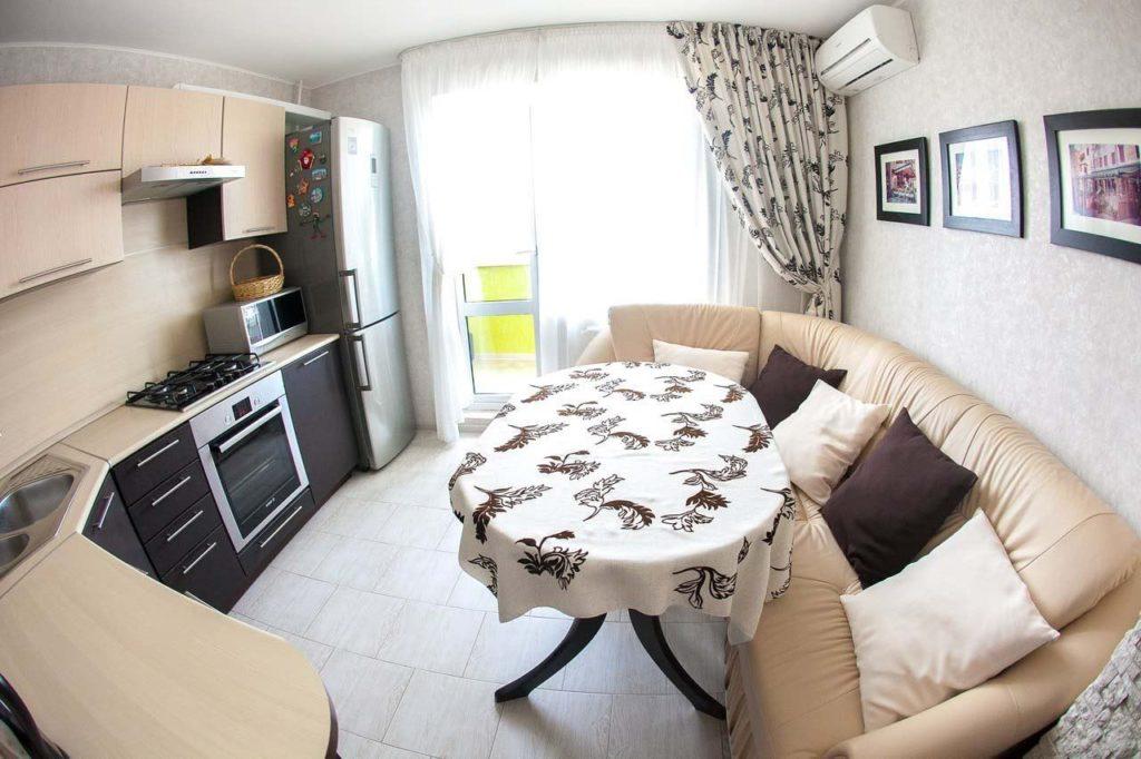 Большой мягкий диван в интерьере кухни