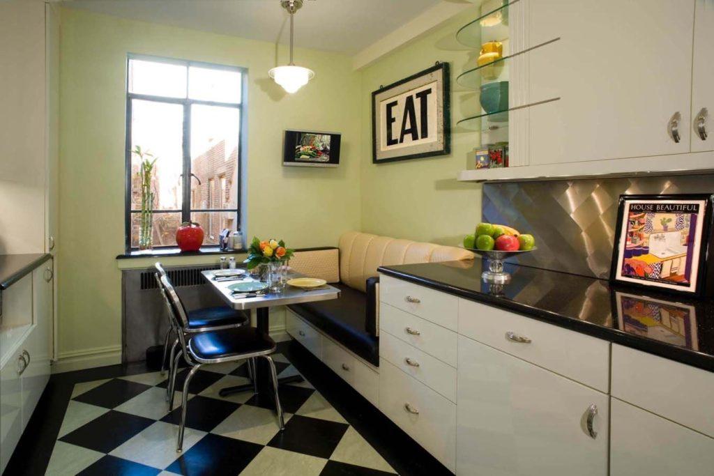 Диван по одну сторону с кухонным гарнитуром на узкой кухне
