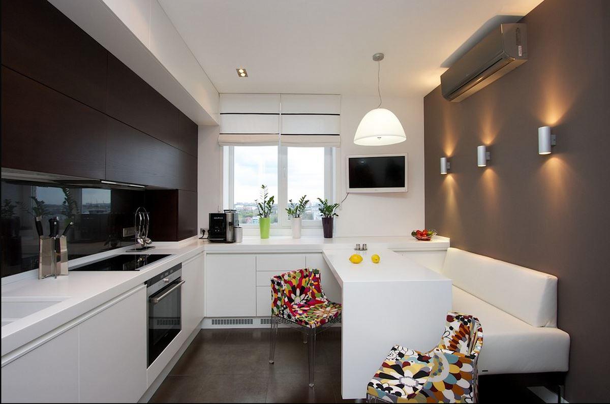 Белый прямой диван размещенный у стены на кухне