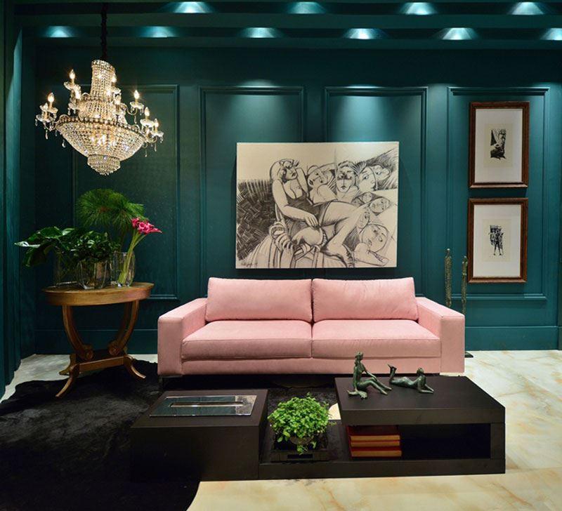 Прямой диван в комнате с темно-зелёными стенами