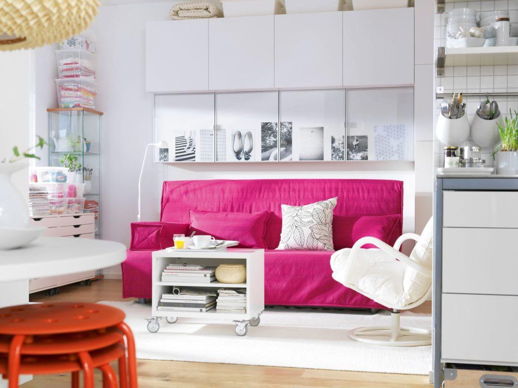 Розовый диван в интерьере кухни