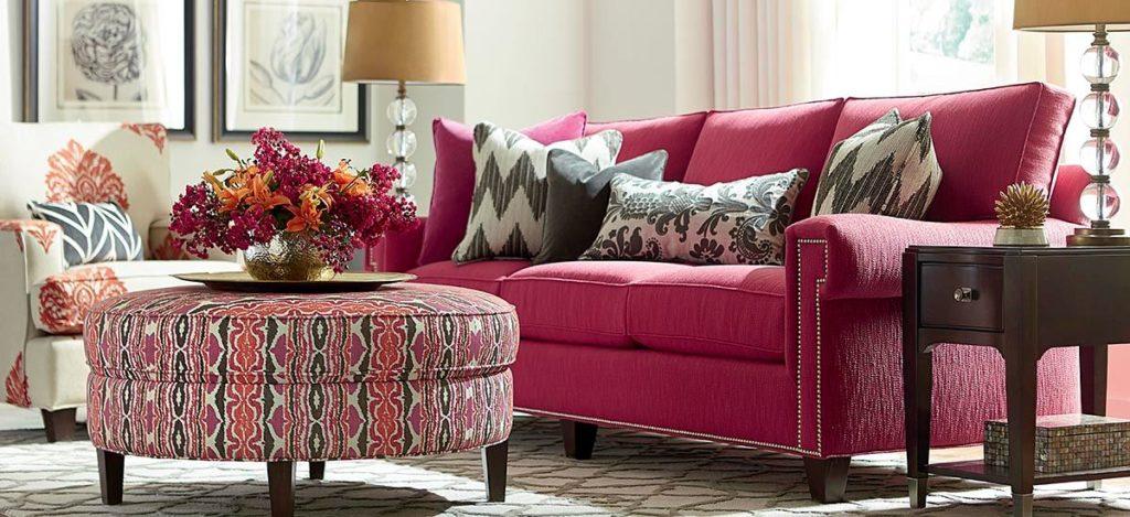 Насыщенно розовый диван в интерьере
