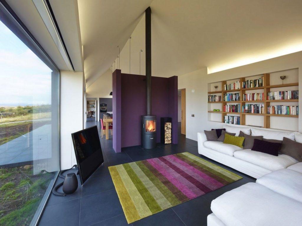 Большой белый угловой диван со спальным местом в гостиной