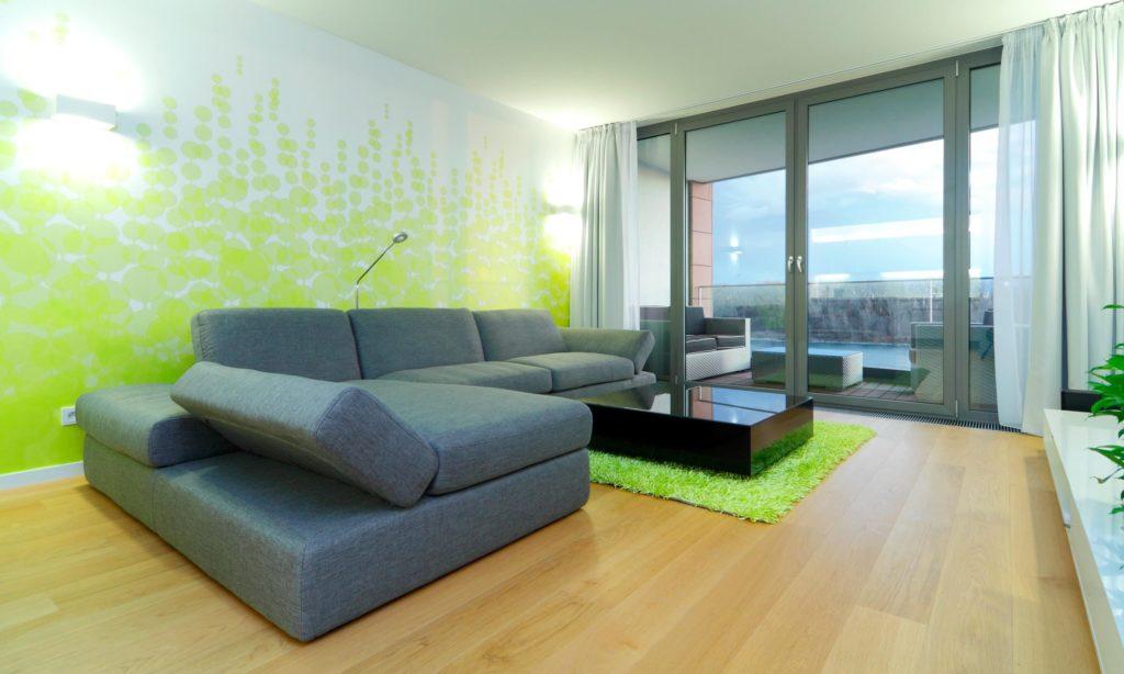 Большой угловой диван со спальным местом в интерьере гостиной