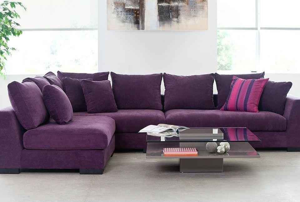 Угловой фиолетовый диван с подушками