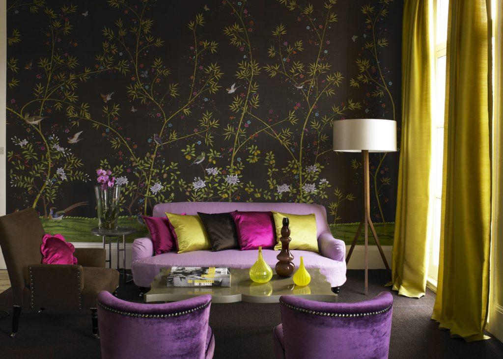 Фиолетовый диван на фоне темной стены с узорами