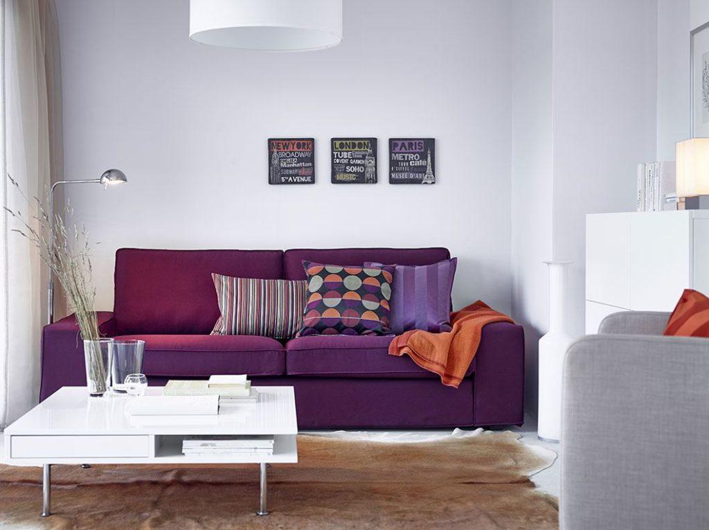 Небольшой фиолетовый диван у стены
