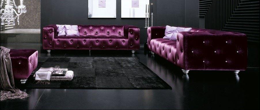 Два классических дивана в интерьере с темным полом и стенами