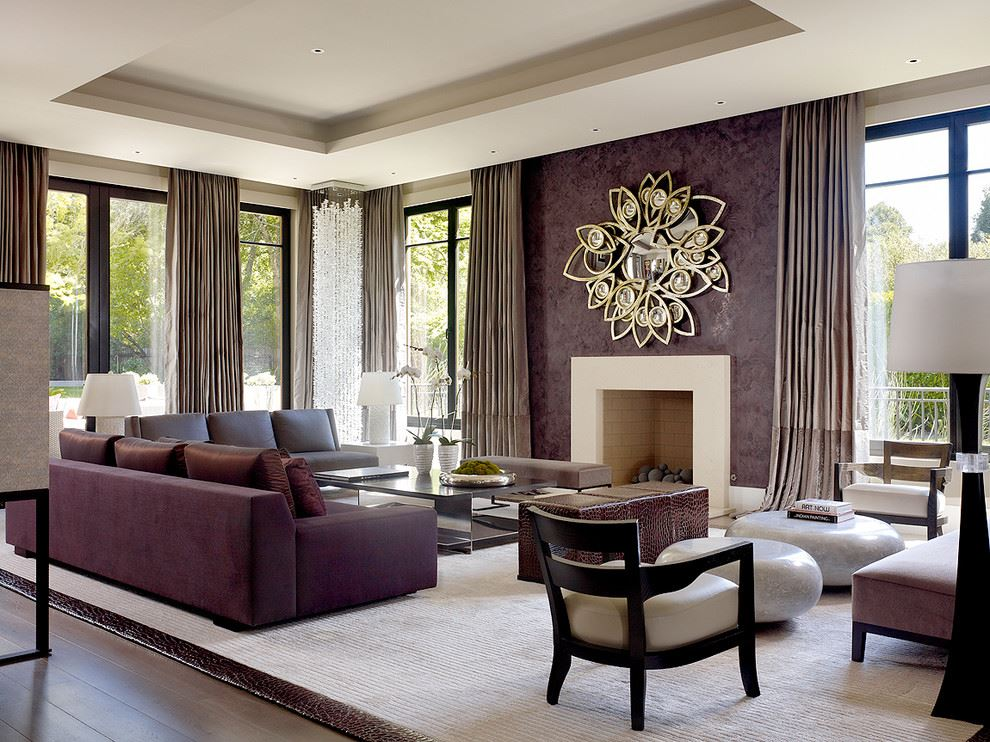 Два фиолетовых дивана в интерьере гостиной с фиолетовыми стенами и камином