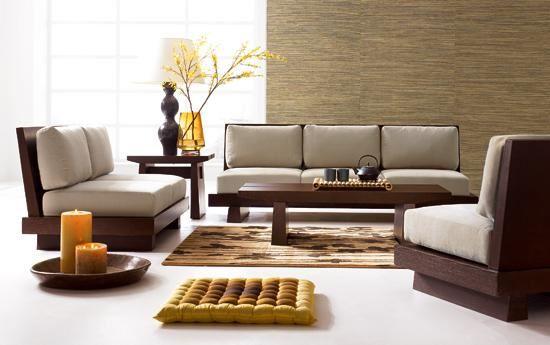 Два дивана и кресло расположены в комнате