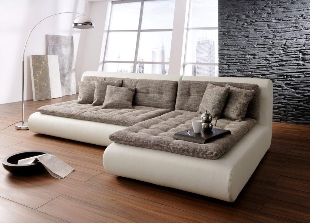 Размещение углового дивана в центре комнаты