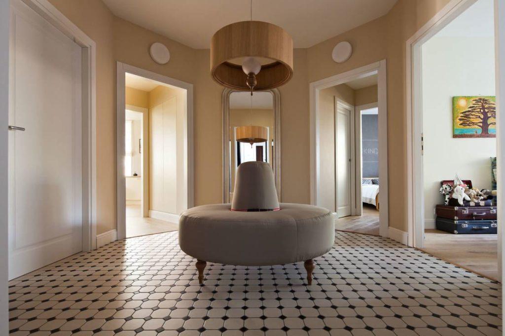 Круглый диван в коридоре