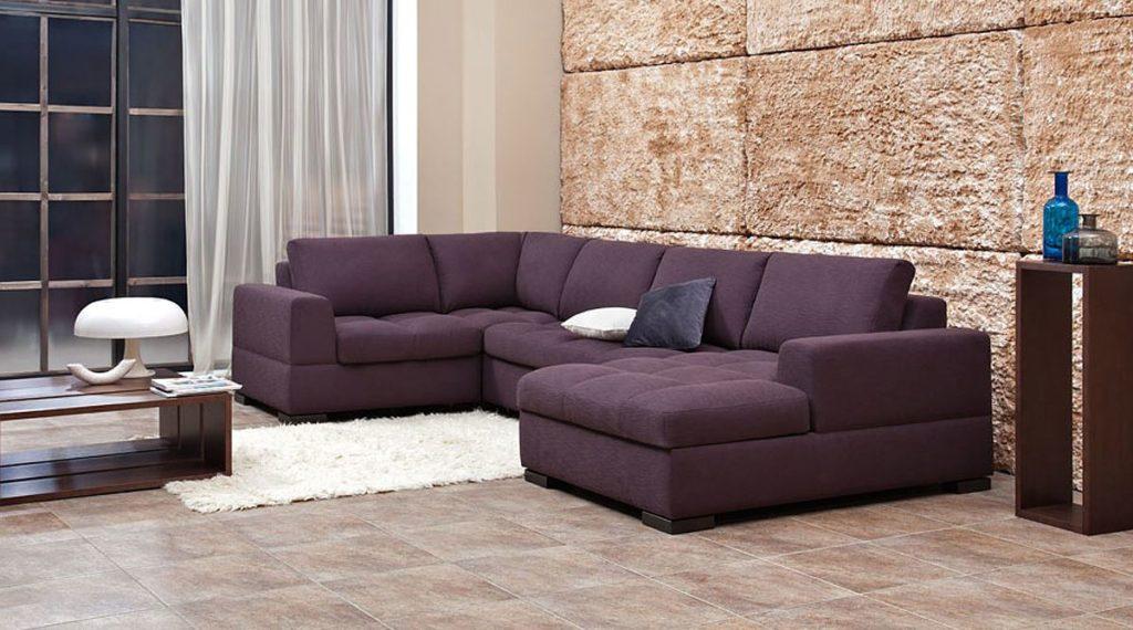 П-образный диван размещенный слева от окна