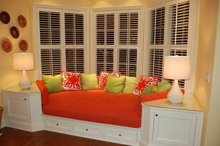 Встроенный эркерный диван с нишами для хрпнения