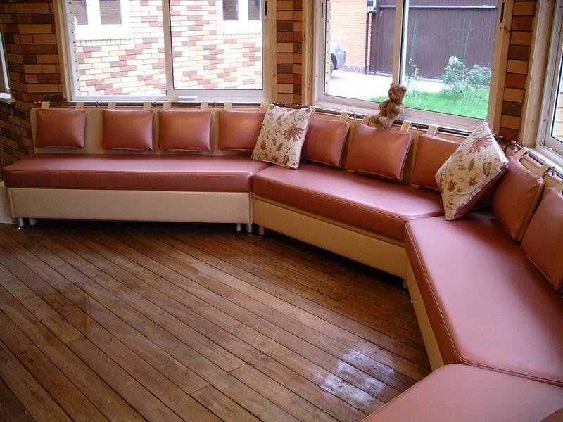 Большой диван в эркере на кухне