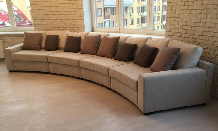 Полукруглый диван в эркере