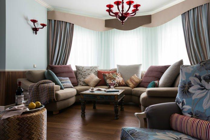 Эркерный диван в интерьере гостиной