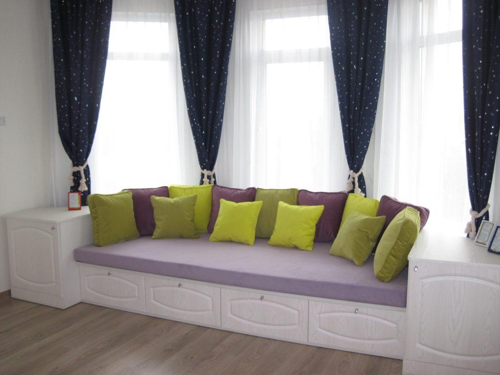 Встроенный эркерный диван в гостиной