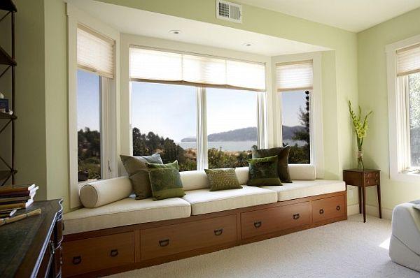 Встроенный диван в эркерном выступе у окна