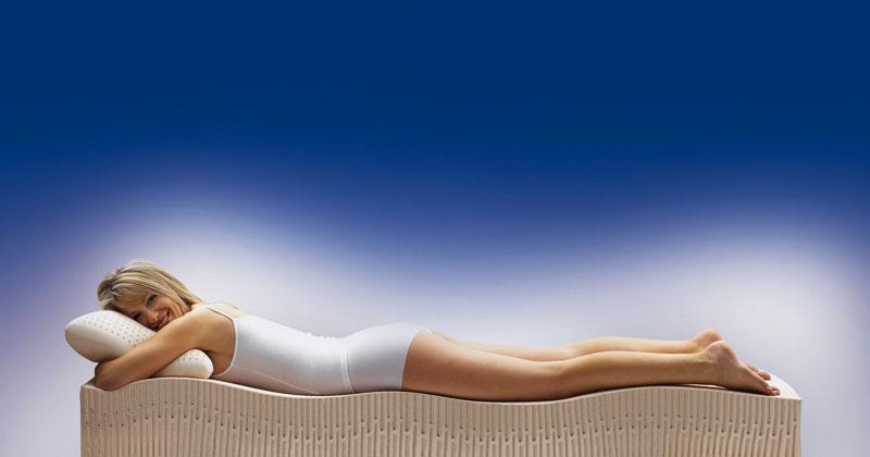 Девушка лежит на анатомическом матрасе