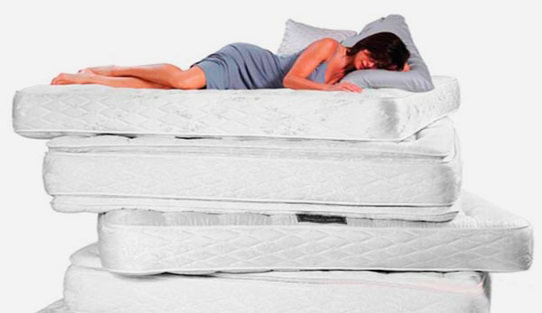 Девушка спит на стопке матрасов