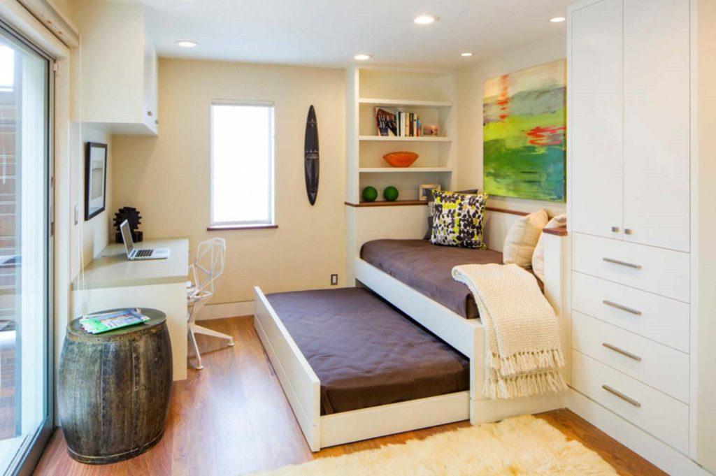 Двухъярусная выдвижная кровать в интерьере комнаты подростков