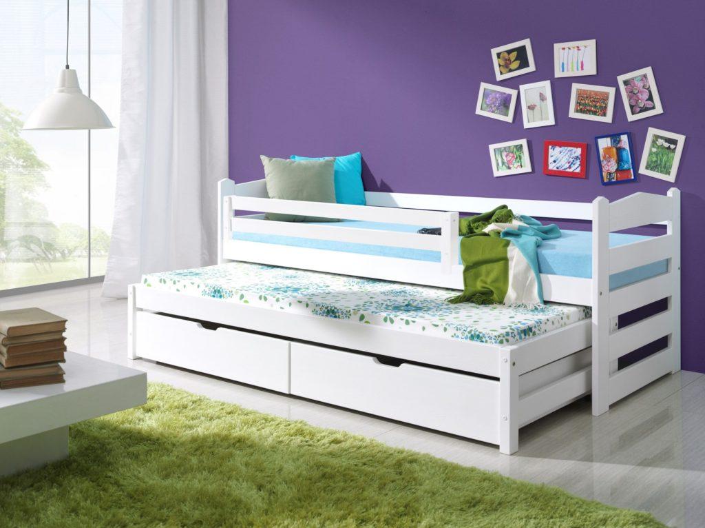 Выкатная кровать в детской с бортиками на верхнем ярусе