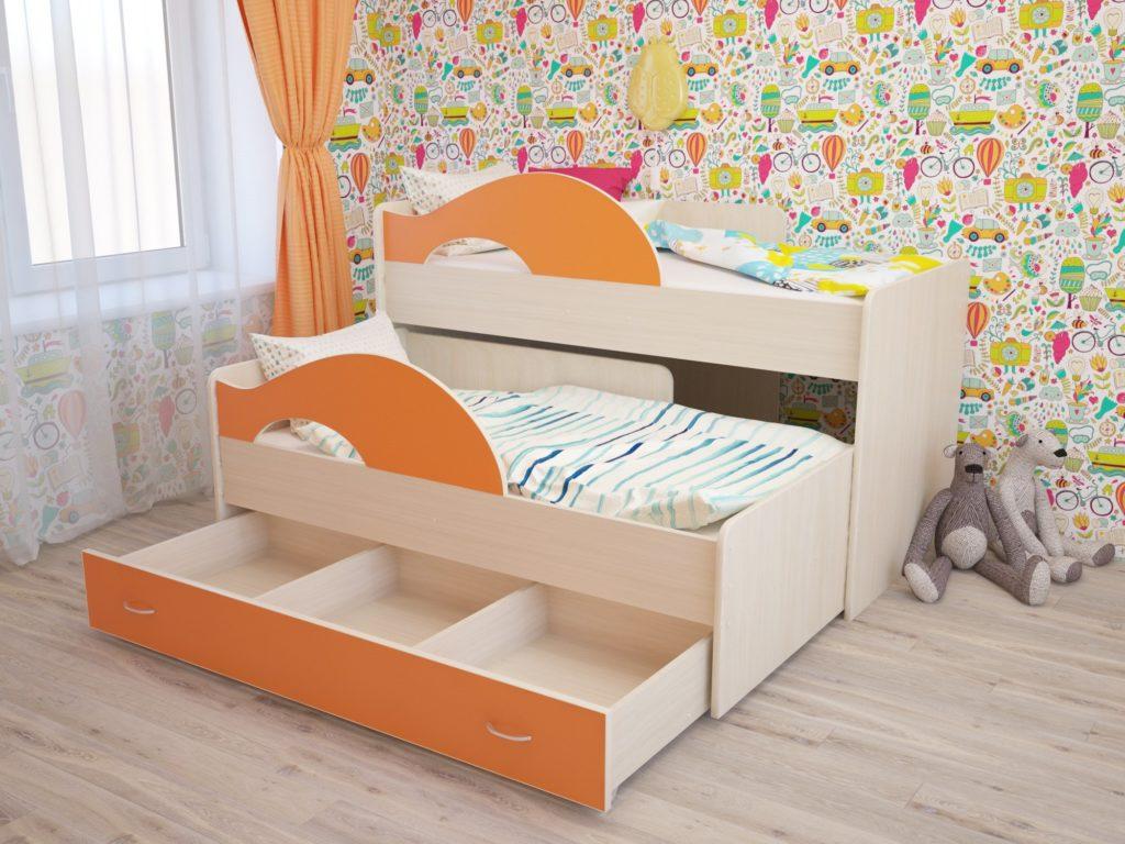 Двухъярусная кровать для маленьких детей с бортиками и выдвижным нижним спальным местом