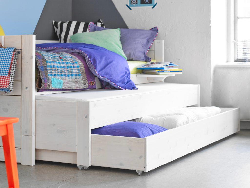 Кровать-матрешка со встроенными бельевыми ящиками в нижнее спальное место