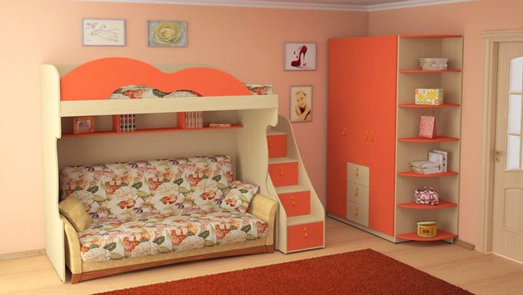 Интерьер детской комнаты с двухъярусной кроватью и диваном под ней