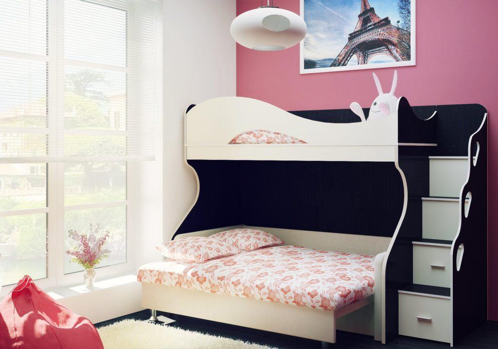 Фото разложенного дивана под двухъярусной кроватью в детской комнате