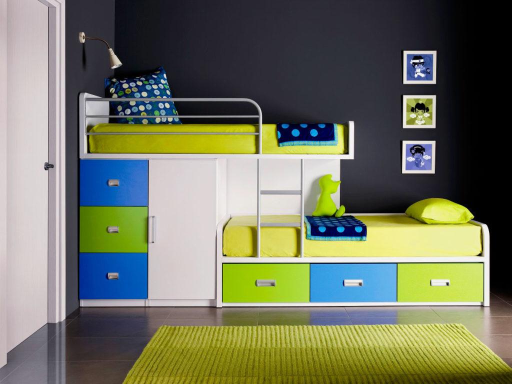 Фото двухъярусной детской кровати со смещенными спальными местами