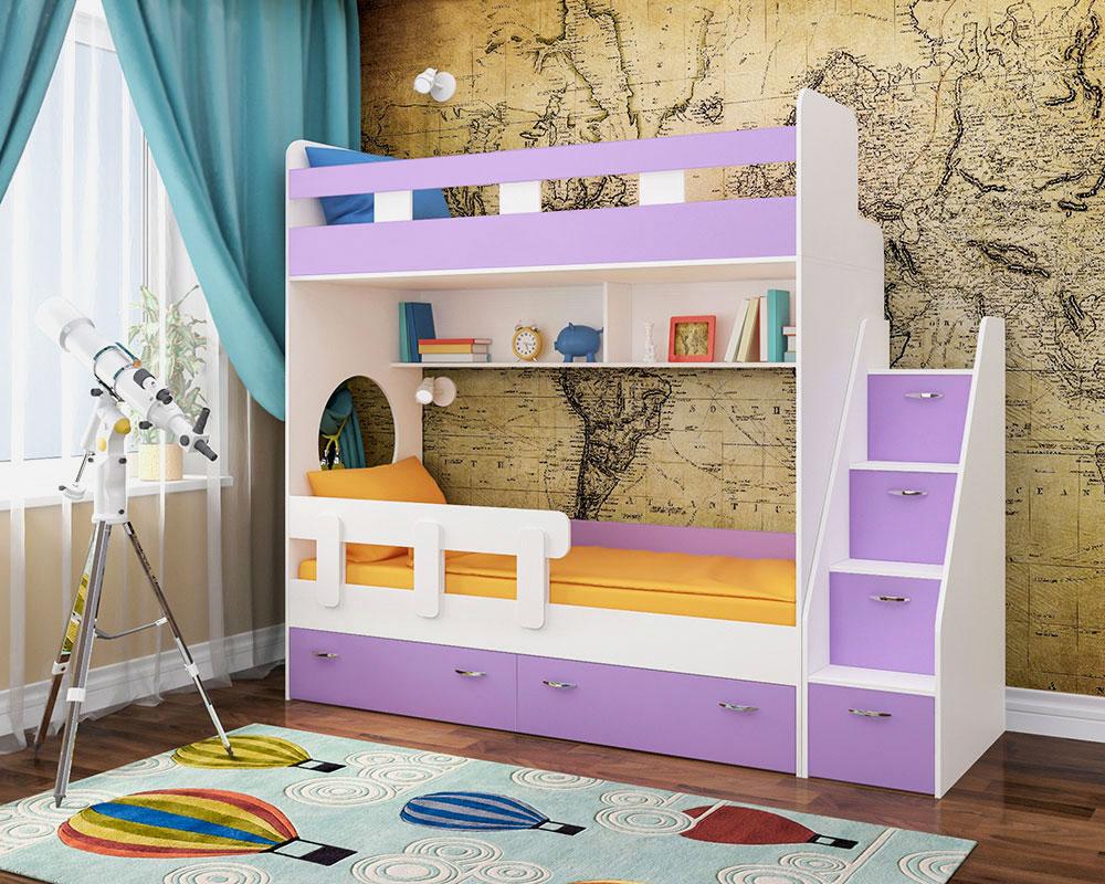 Двухъярусная кровать у стены в детской комнате