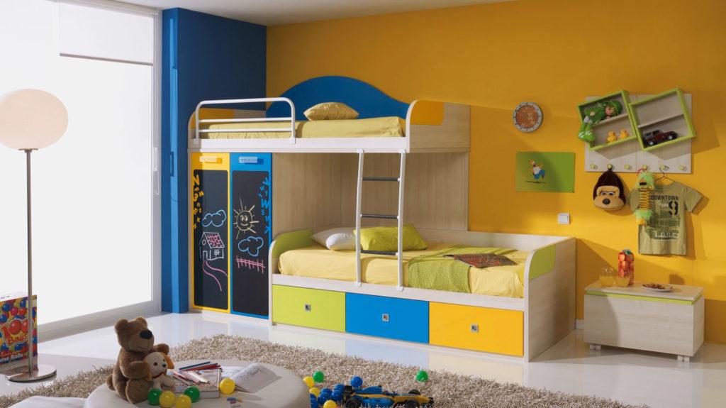 Практичная жвухэтажная кровать для двоих детей с выдвижными ящиками и шкафом
