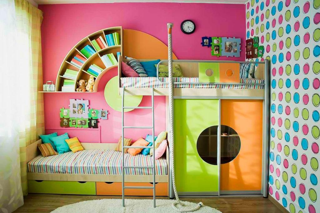 Большая яркая двухъярусная кровать для детей со встроенными полка, ящиками и шкафом-купе