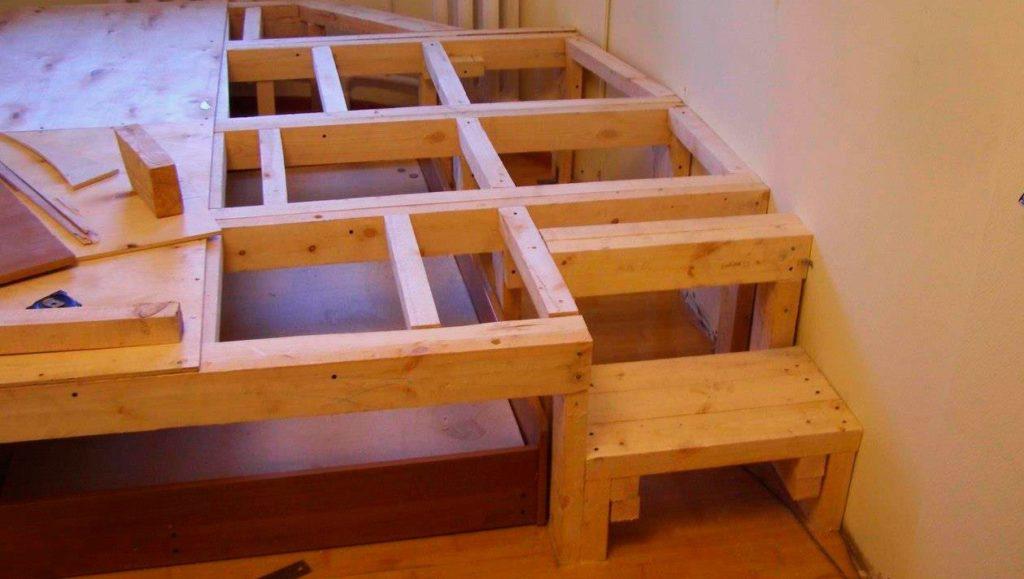 Самостоятельно изготовленный из бруса каркас подиума под выдвижную кровать