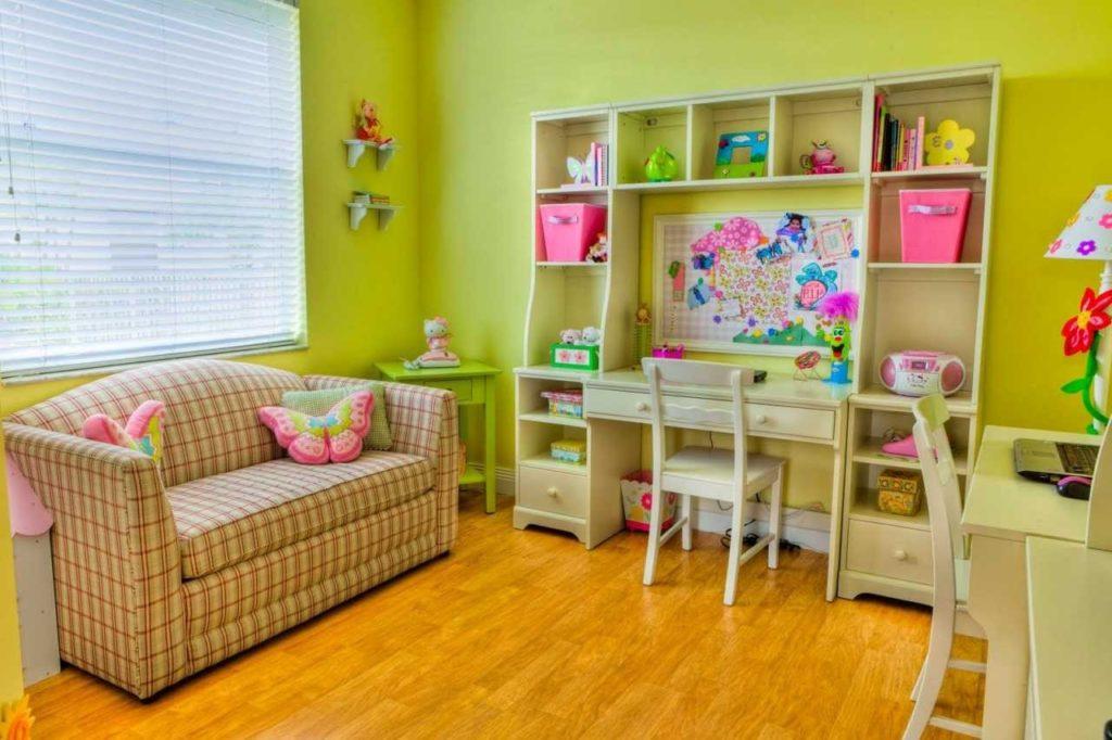 Спальный маленький диван в детской комнате