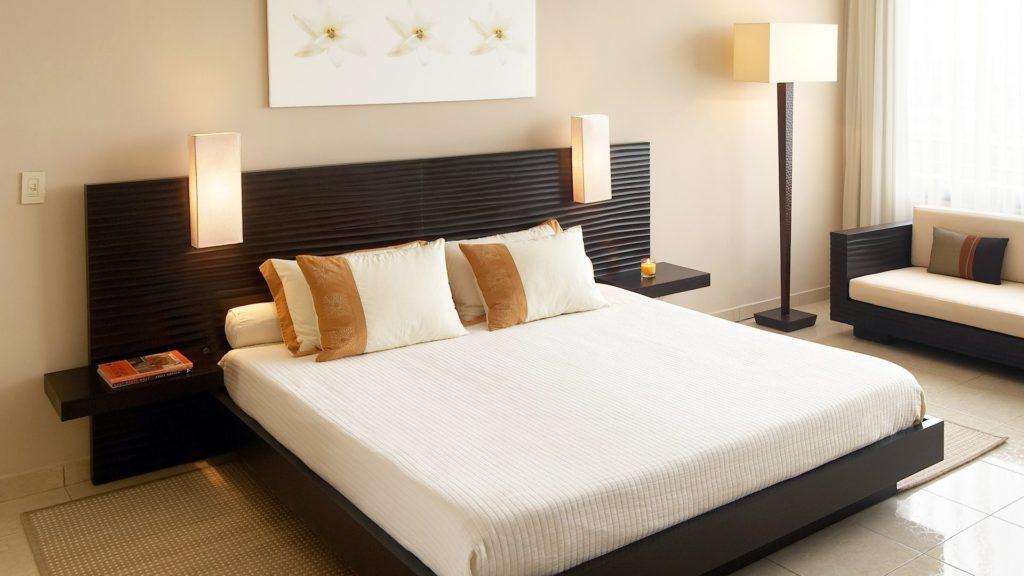 Фото спальни с кроватью и диваном в едином стиле