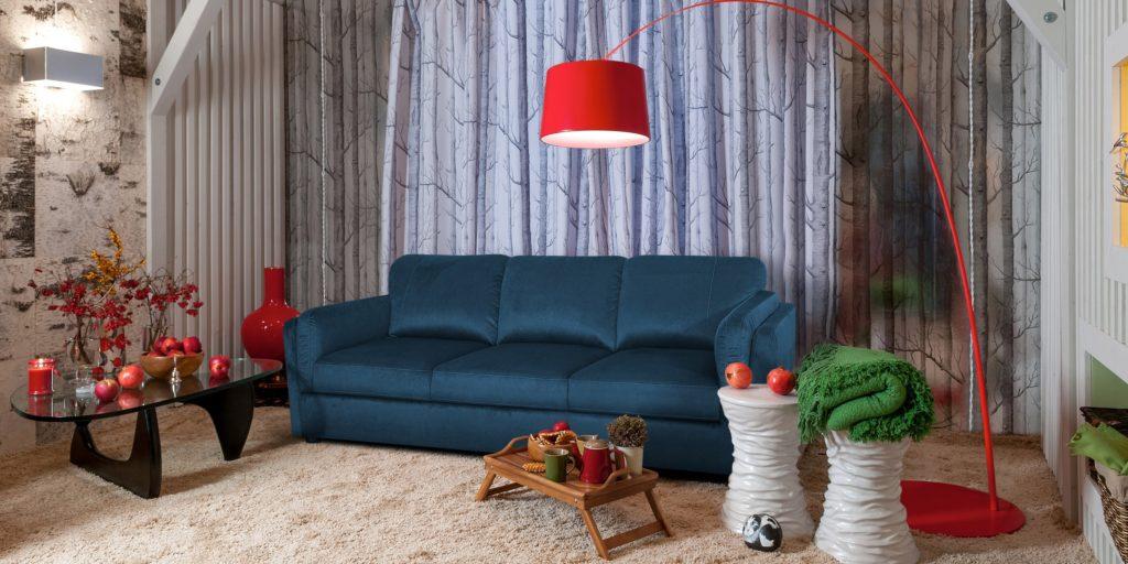 Прямой диван в спальной комнате