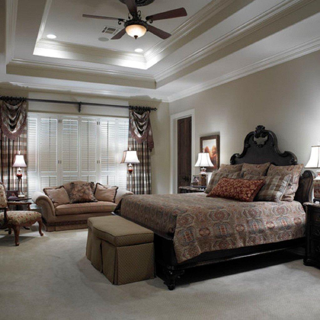 Фото классического интерьера спальной с диваном и кроватью